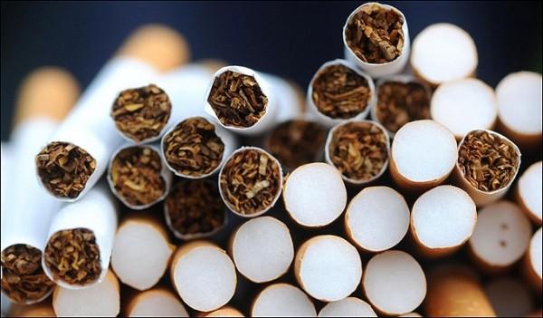"""Polițiștii au rămas """"PAF"""". Câte țigări au fost găsite asupra unei femei din Târgu Frumos"""