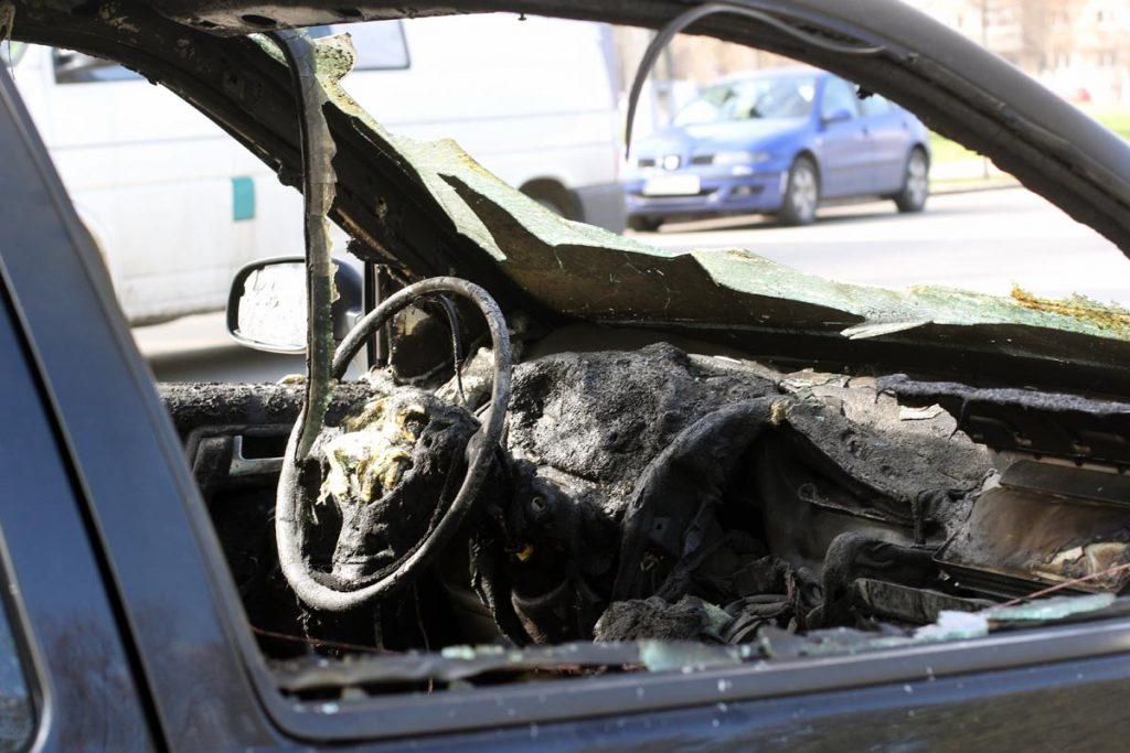 Satenii au ramas ingroziti. O masina a ars ca o torta pe o strada din Tatarusi