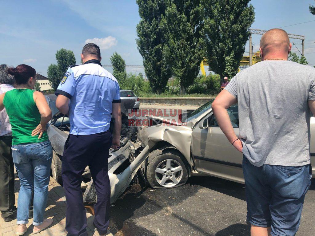 FOTO   VIDEO   Accident rutier pe strada Garii – Pascani. Doua autoturisme s-au ciocnit frontal